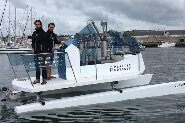 L'équipe de Plastic Odyssey à bord du prototype Ulysse