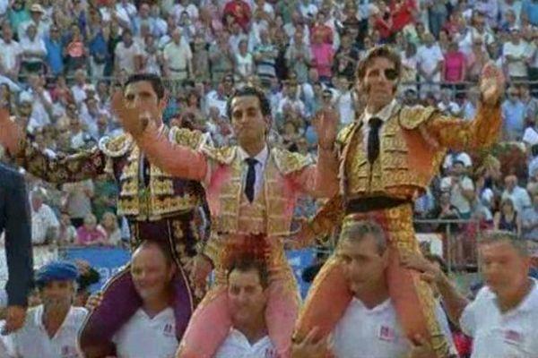 Thomas Dufau, Fandiño, Juan Jose Padilla portés en triomphe lors de la corrida du 19 juillet aux fêtes de la Madeleine