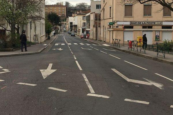 A Lyon, sur la place Trion, rare sont les voitures à circuler à 8H30... d'ordinaire, ce carrefour de Lyon est bouché par les Lyonnais qui partent travailler ou déposer leurs enfants à l'école