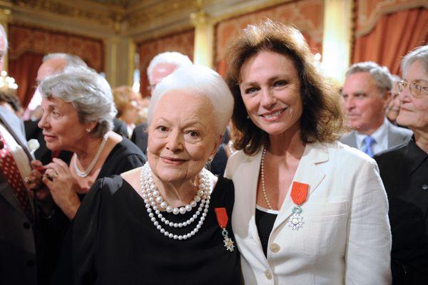 Olivia de Havilland en compagnie de l'actrice Jacqueline Bisset, lors de la remise de la légion d'honneur par Nicolas Sarkozy le 9 septembre 2010.