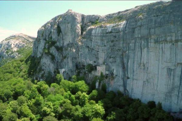 Adossée la falaise, la forêt domaniale de la Sainte-Baume bénéficie d'une situation géographique particulière