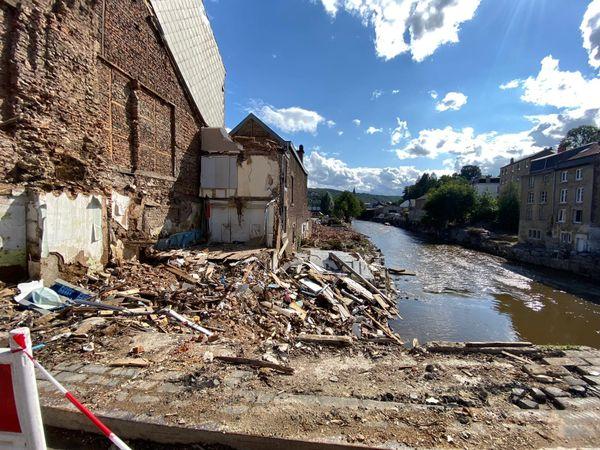 A Verviers, si la rivière a retrouvé son lit, les sinistrés vont devoir attendre que les bâtiments sèchent avant de pouvoir les réintégrer.