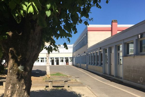 Deux personnes qui sont intervenues la semaine dernière à l'école Célestin Freinet (photo ci-dessous) de Soyaux et au centre social culturel et sportif de La Couronne ont été testées positives au Covid-19