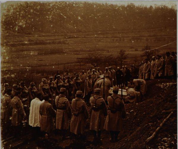 Enterrement de soldats dans la Woëvre en 1915.