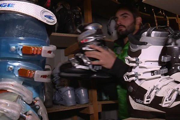 Nicolas Senlanne, directeur de ski-discount 34 propose des chaussures de ski à petit prix.