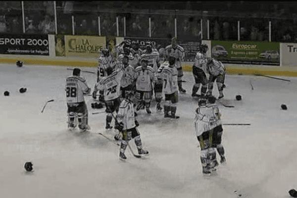 Les Drakkars laissent éclater leur joie sur la patinoire de Brest. Ils joueront bien en ligue Magnus la saison prochaine.