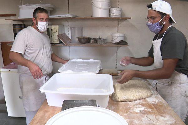 Fabrice partage au fournil son savoir-faire avec Hossain. Ils fabriquent du vrai beau pain, naturel et cuit au feu de bois