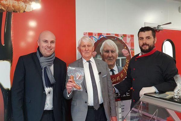 Le saucisson de Léon initié en 2020 en hommage à l'ancien maire Léon Devloies (au centre)