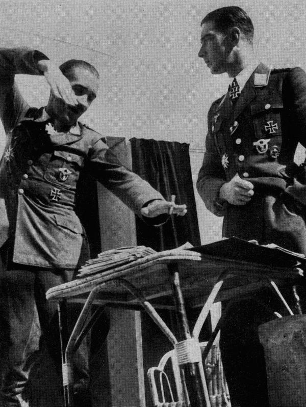 Adolf Galland mimant un combat aérien devant Werner Mölders au Colombier.