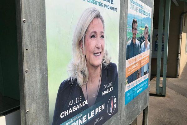 Dans le canton des Martres-de-Veyre, dans le Puy-de-Dôme, c'est Marine Le Pen qui figure sur les affiches de campagne des candidats du Rassemblement national.