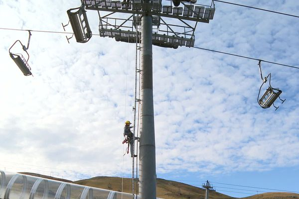 Dans les stations pyrénéennes, les saisonniers préparent les installations pour l'arrivée des premiers skieurs.