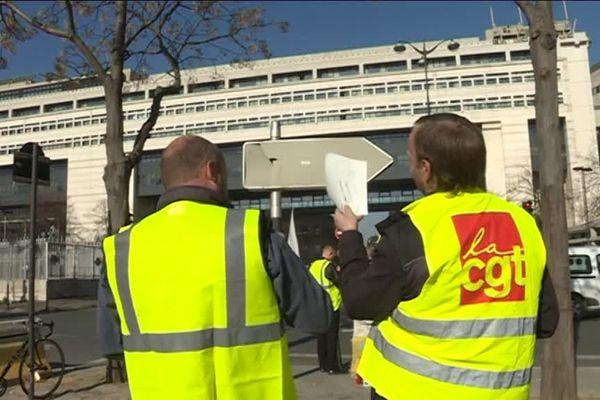 Des salariés de l'entreprise ArjoWiggins manifestent au pied du ministère de l'Economie à Paris le 27 février 2019.