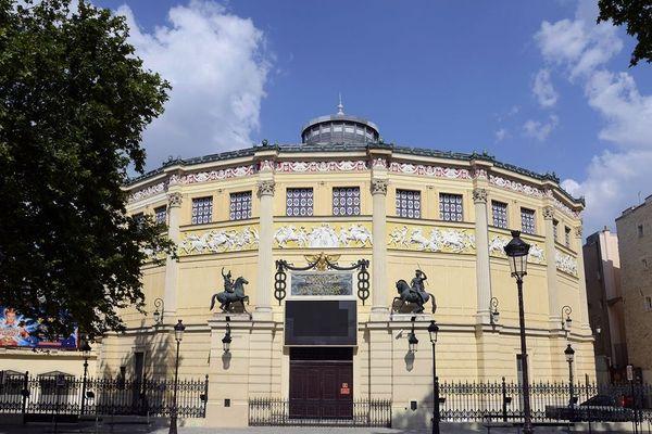 Le Cirque d'Hiver, situé dans le 11ème arrondissement parisien, appartient à la famille Bouglione depuis 1934.