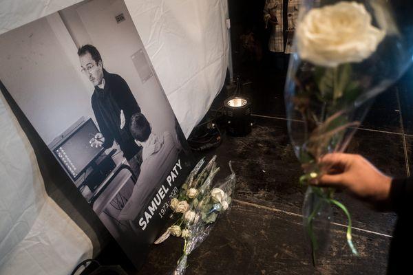 Une photo de Samuel Paty, affichée à l'occasion de la marche blanche organisée en mémoire du professeur, mardi 20 octobre à Conflans-Sainte-Honorine.