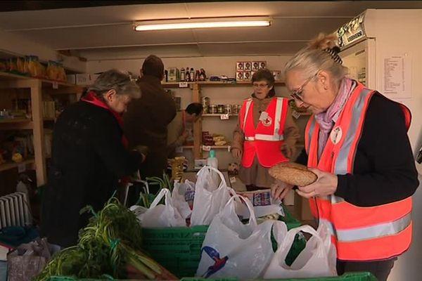 Au sein de l'épicerie, les familles peuvent acquérir des fruits et des légumes moyennant une toute petite contribution financière.