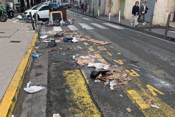 Des poubelles éparpillées dans les rues du quartier Vauban à Marseille.