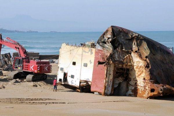 La plage est désormais débarrassée de l'imposante épave. Elle sera rouverte le 1 juillet