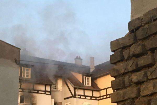 Les pompiers se sont employés de nombreuses heures pour éteindre l'incendie dans l'immeuble situé au 47 rue principale à Schiltigheim