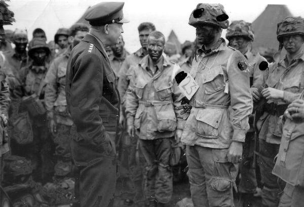 Le Général Eisenhower s'adresse aux parachutistes américains, la veille du D-Day