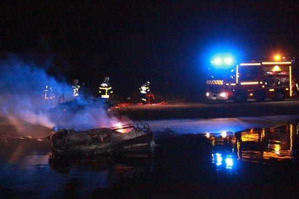 Un gros dispositif a été engagé par les pompiers des Pyrénées-Orientales dans le port de Sainte-Marie pour maîtriser l'incendie - 26 janvier 2015.