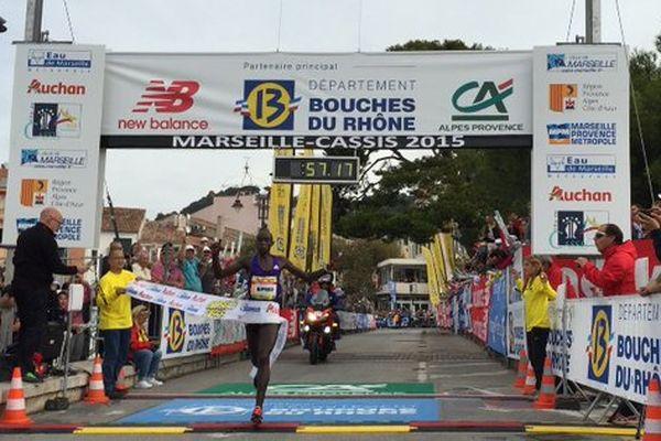 Edwin Kipyego passe la ligne d'arrivée du #marseillecassis au terme d'une course de 57'17'´