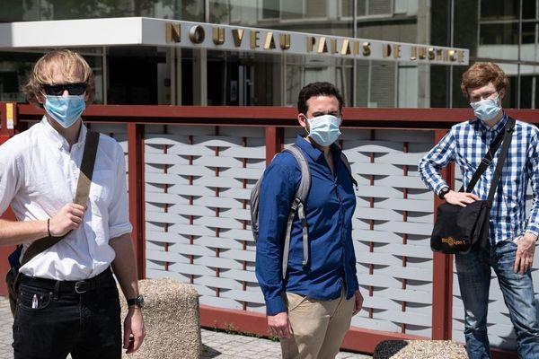 """Les trois activistes de l'association écologiste extinction rébellion à la sortie de l'audience, à Lyon, mercredi 6 mai. Les faits qui leur sont reprochés ? D'avoir """"peinturlurer"""" lors d'une action menée le 10 février, les vitrines d'une agence de la Société Générale."""