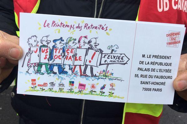 Les retraités ont distribué, jeudi 7 avril, 7 000 cartes postales reprenant leurs revendications sont à envoyer à Emmanuel Macron.