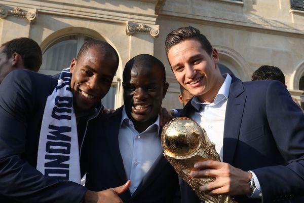 Paris, 16 juillet 2018. Les nouveaux champions du monde FIFA 2018, Djibril Sidibe, N'Golo Kante et Florian Thauvin avec la Coupe du monde à l'Elysée.