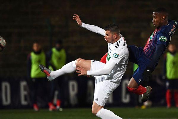 Le défenseur du Red Star Matthieu Fontaine devançant Claudio Beauvue de Caen, au Stade Bauer de Saint-Ouen, le 5 janvier 2019 en Coupe de France.