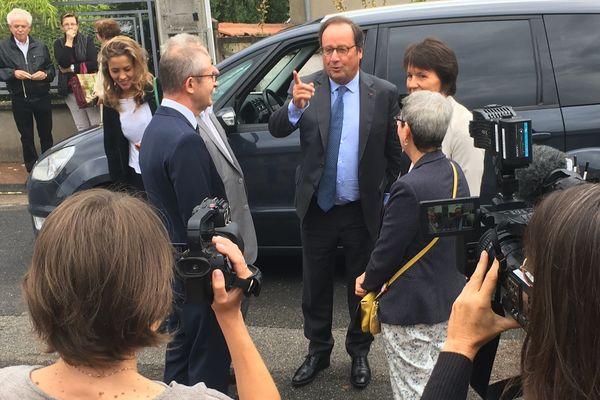 """L'ancien président de la République, François Hollande, était dans l'Allier jeudi 6 septembre. À Dompierre-sur-Besbre, puis Moulins, l'auteur de """"Les leçons du pouvoir"""" a dédicacé leur ouvrage à des lecteurs venus nombreux."""