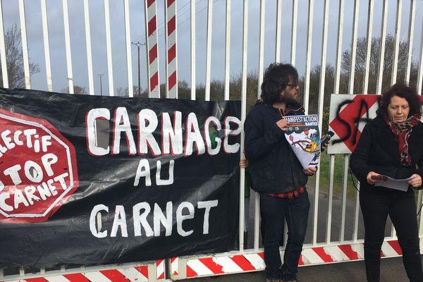 Lors d'une prise de parole devant l'entrée du site du Carnet, les opposants appellent à la convergence des luttes et à manifester le 29 février 2020 à Nantes contre plusieurs projets qu'ils qualifient d'inutiles