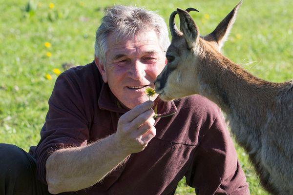 Gilles Malloire, le créateur du parc se doit d'être présent chaque jour auprès de ses animaux malgré l'absence de visiteur.