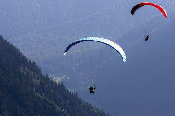 Un parapentiste fait une chute en pleine compétition de coupe du monde de parapente à Chamousset (Savoie), vendredi 31 mai 2019.