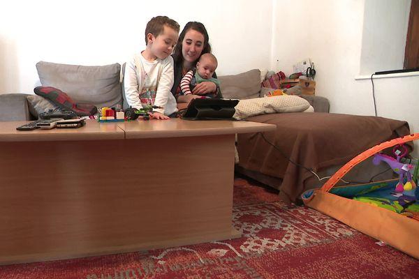 Tous les jours à 18H45, Laura et ses enfants regardent Pauline Silvant chanter sur les réseaux sociaux. C'est leur petit rituel.