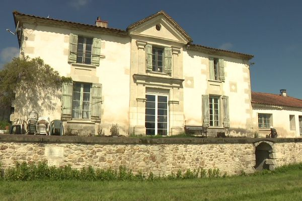 La demeure de Geneviève Callerot, à Saint Aulaye-Puymangou.