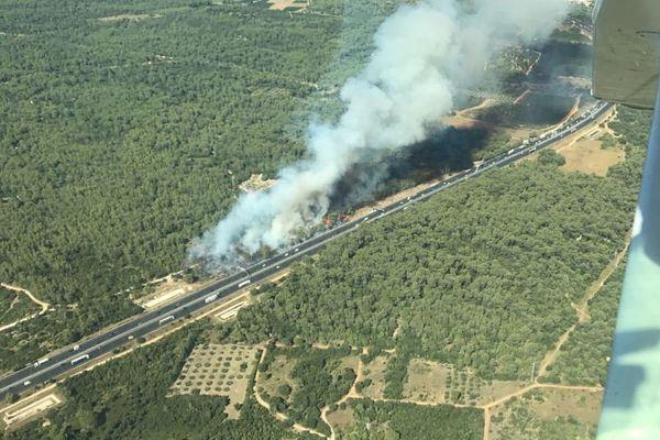 Vergèze (Gard) - incendie en cours en bordure de l'A9 - 12 juillet 2017.