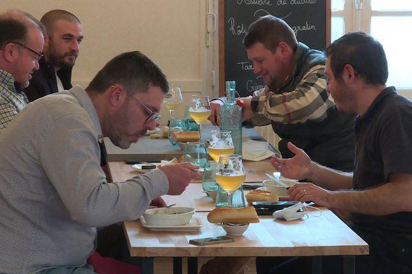 """Des clients heureux du """"O Deux"""", à Blangy sur Bresle, le seul restaurant ouvert de Seine-Maritime"""
