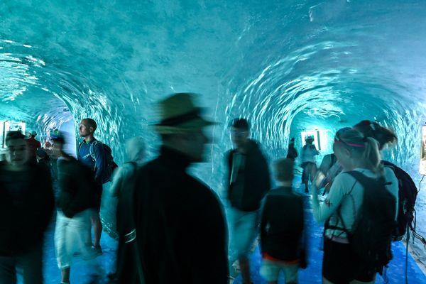 La grotte bleutée de la Mer de Glace attire toujours des visiteurs, parfois nostalgiques de son aspect d'antan.