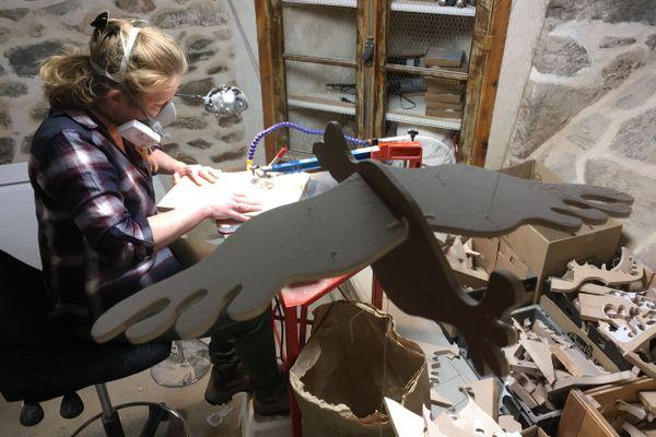 Dans son atelier à Vernines dans le Puy-de-Dôme, Sandie Terrier, ancienne comptable, confectionne des jouets en bois d'Auvergne.