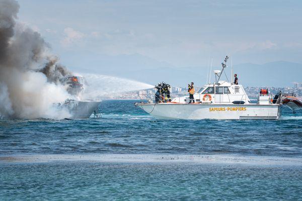 Une vedette de 12 mètres, en flammes entre les Îles de Lérins le 9 mai dernier