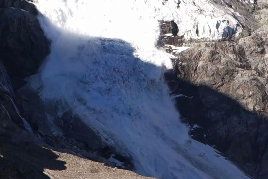 """VIDEO. Effondrement spectaculaire d'un glacier en Suisse, nouveau symbole de la """"crise"""" du climat pour Greta Thunberg"""