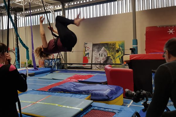 Parmi les acrobaties de l'école de cirque de Montluçon, il y a le salto arrière. Un très bon exercice sur un trampoline et attaché pour plus de sécurité.