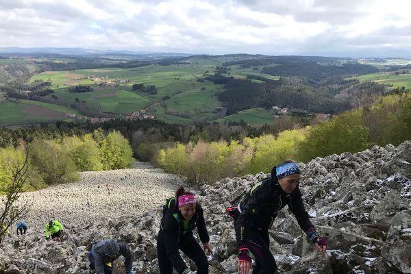 Les coureurs  du Techni'Trail de Tiranges en Haute-Loire ont dû affronter la fameuse montée de la coulée de lave de Bourrianne.