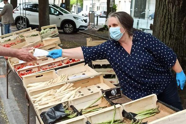 Masques et gants de rigueur pour les marchands à Caen