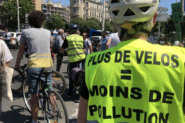 Une cinquantaine de cyclistes manifestent contre la suppression de la piste cyclable du Prado à Marseille