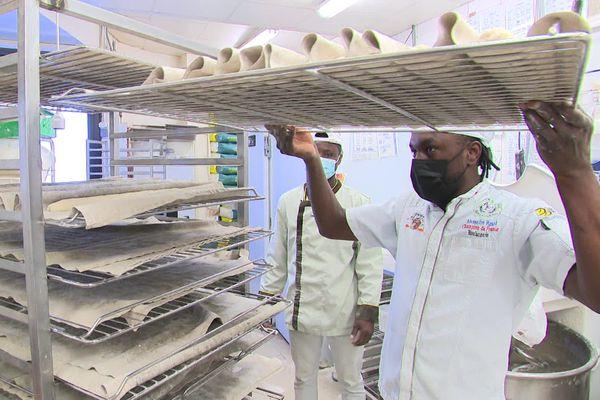 Lamine Diaby, en plein travail à la boulangerie