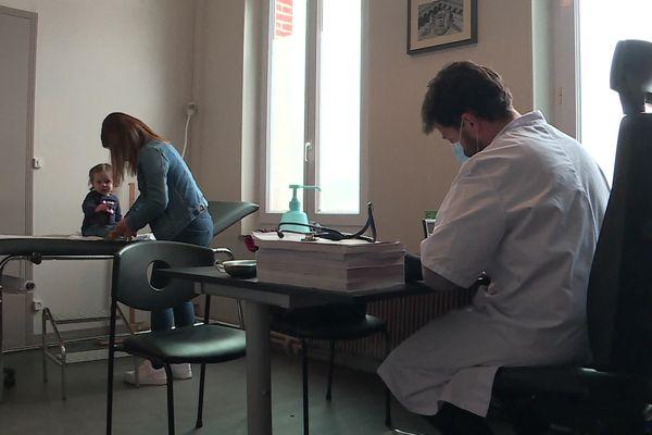 Le docteur Martial Jardel lors d'un remplacement dans un cabinet médical de Vervins dans l'Aisne