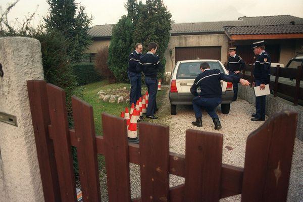 PIERRE BESSARD / AFP - Des gendarmes de la section de recherche de Grenoble, posent les scellés, le 08 janvier 1993, sur la voiture de Michèle Marinescu