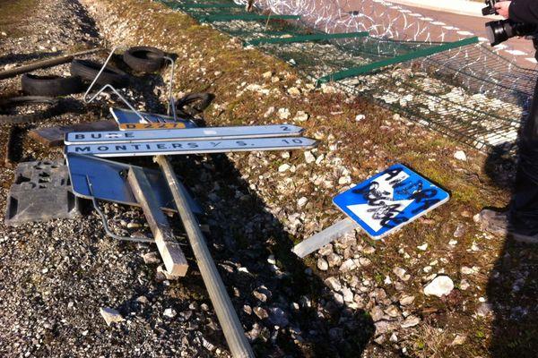 Panneaux de signalisation mis à mal.