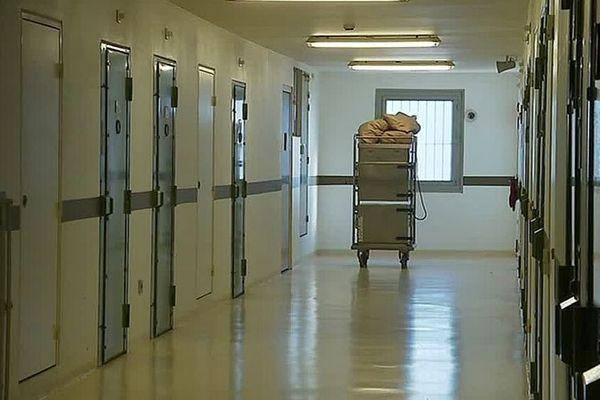 Béziers (Hérault) - un couloir de cellules dans la prison du Gasquinoy - 2019.